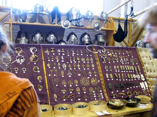 http://michirukaioh.free.fr/taistoietmange/pontoise_avr2010/autre/fibules-boucles.jpg